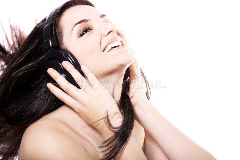 Mädchen, das zu den Kopfhörern hört stockfoto