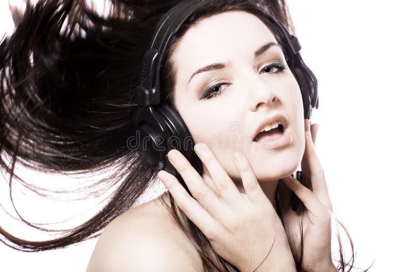 Mädchen, das zu den Kopfhörern hört lizenzfreie stockbilder