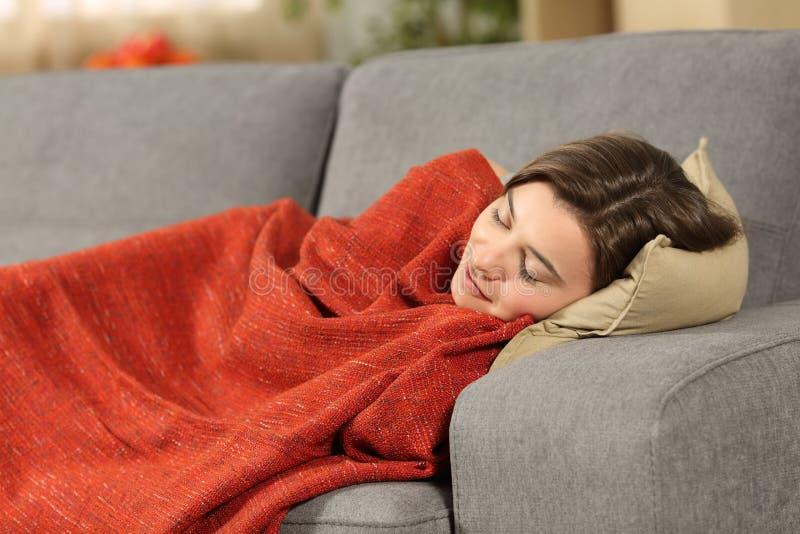 Mädchen, das zu Hause auf einer Couch schläft stockbilder
