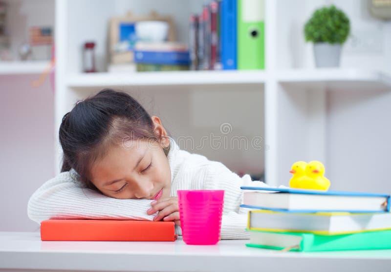 Mädchen, das zu Hause ein Buch liest Mädchen, das bei Tisch auf Reinraum studing ist lizenzfreies stockbild