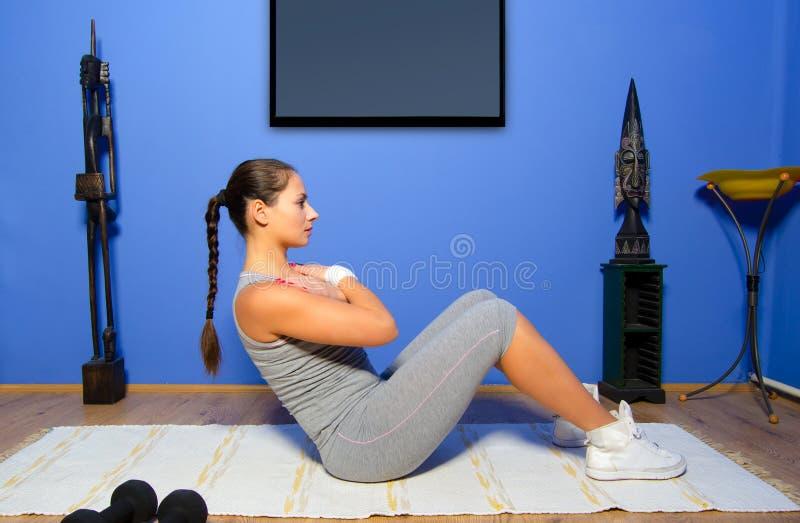 Mädchen, das zu Hause trainiert stockfotos