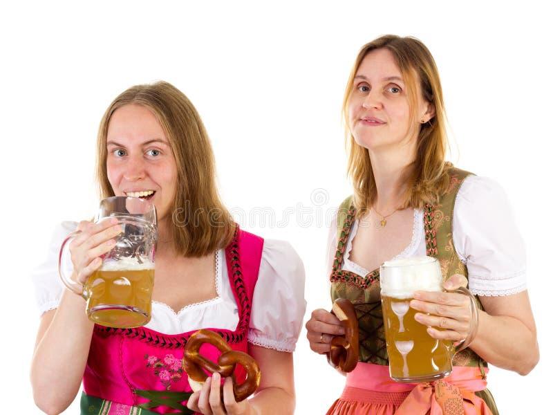 Mädchen, das zu viel Bier trinkt lizenzfreie stockbilder