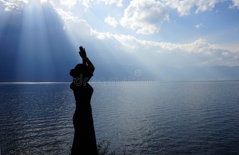 Mädchen, das zum Gott betet stockbilder
