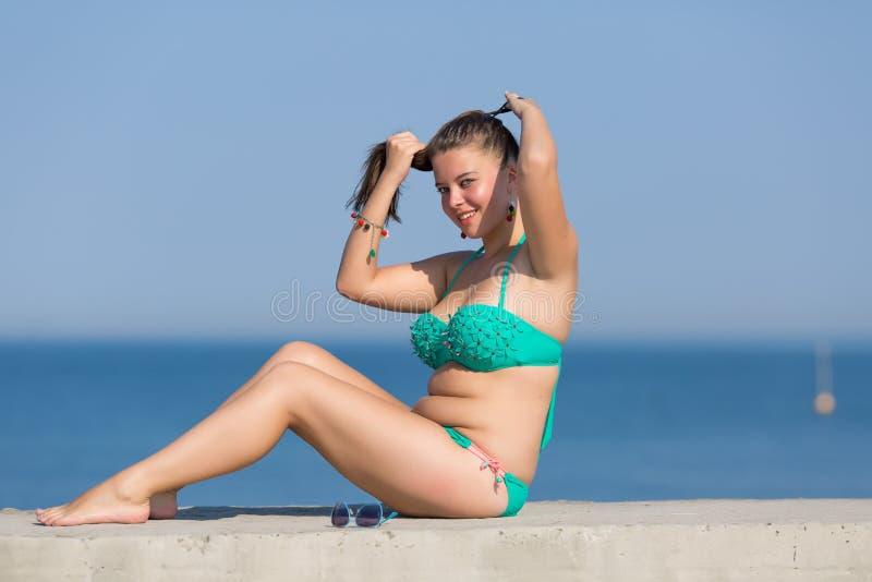 Mädchen in dem Meer stockbilder