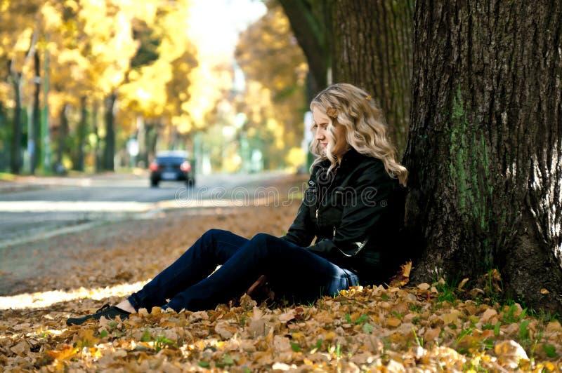Mädchen in den Blättern stockbild