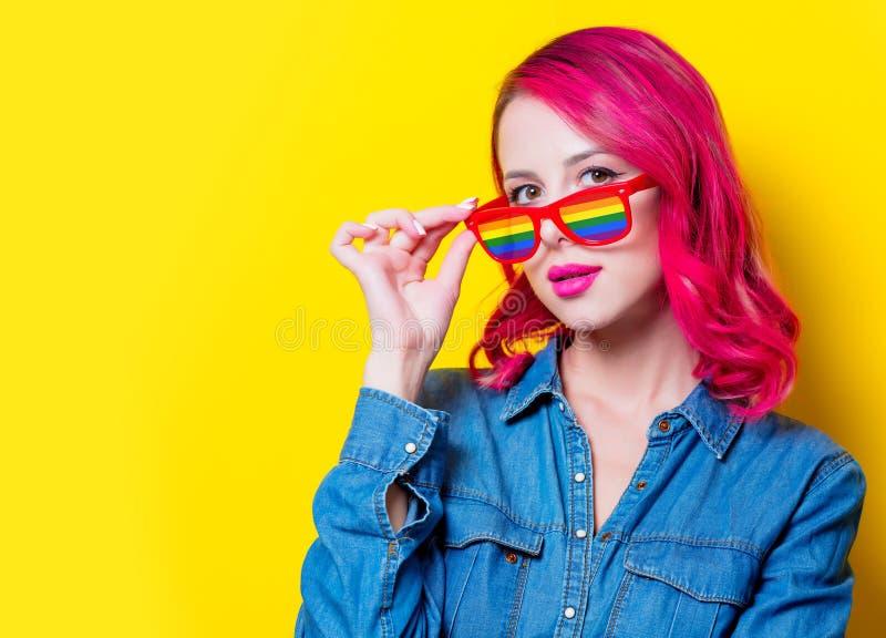Mädchen in den blauen Hemd- und Regenbogengläsern stockfotografie