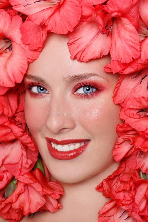 Mädchen in den Blumen stockbild