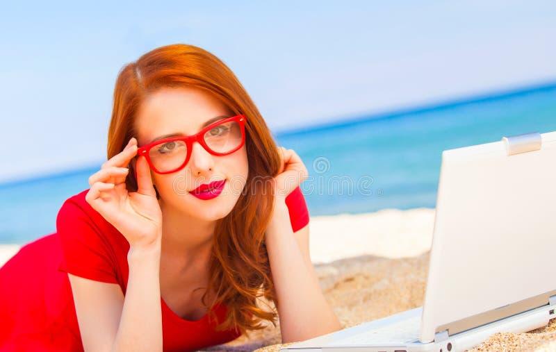 Mädchen in den Gläsern mit Notizbuch auf dem Strand lizenzfreies stockfoto