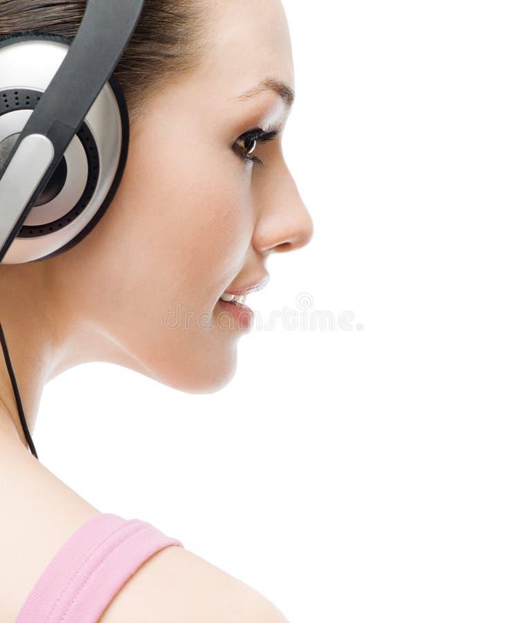 Mädchen in den Kopfhörern lizenzfreie stockbilder