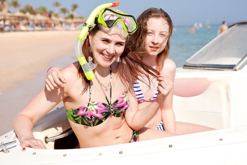 Mädchen in den Masken für das Schwimmen und das Baden auf dem Boot stockfoto
