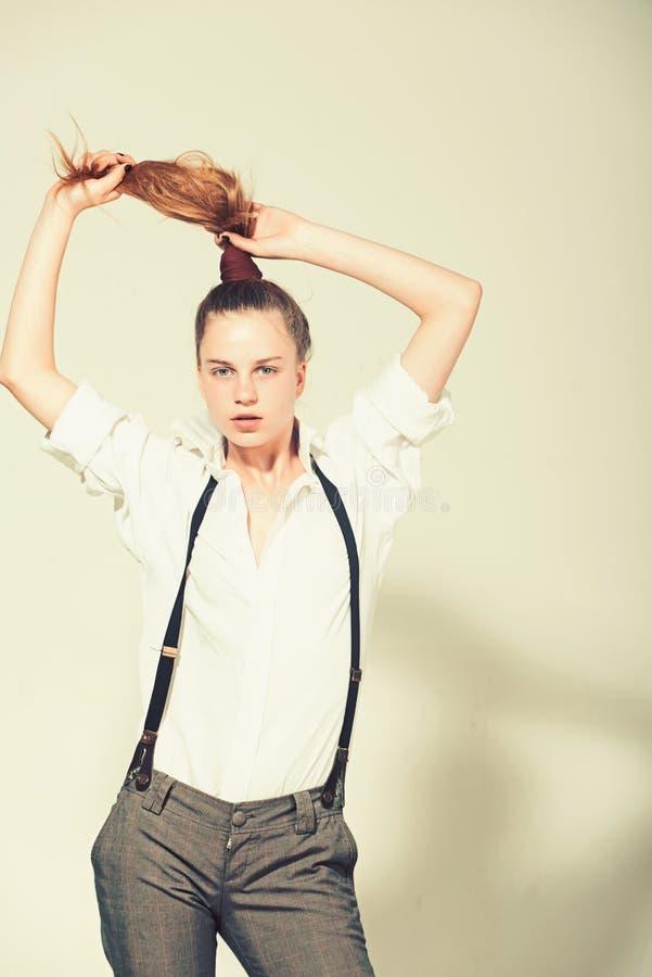 Mädchen in den modernen Hosen, in den Hosenträgern und im Hemd stockfotografie
