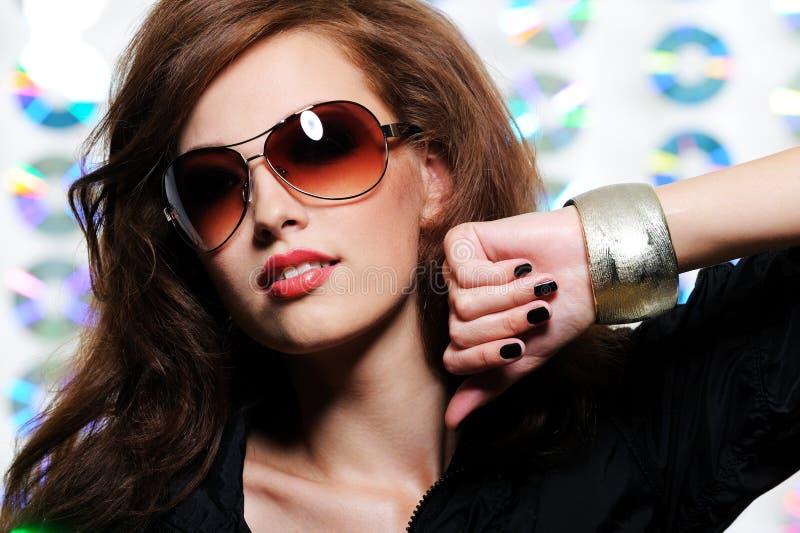Mädchen in den modernen Sonnenbrillen lizenzfreie stockfotografie