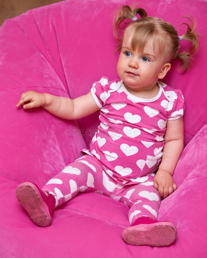 Mädchen in den rosafarbenen Pyjamas lizenzfreies stockfoto