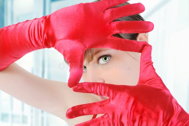 Mädchen in den roten Handschuhen lizenzfreies stockfoto