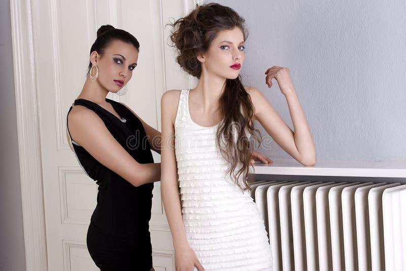 Mädchen in den Schwarzweiss-Kleidern mit stockfotografie