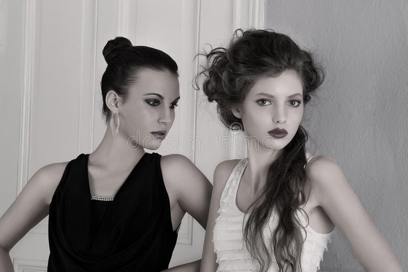 Mädchen in den Schwarzweiss-Kleidern mit dem Überraschen stockfotografie