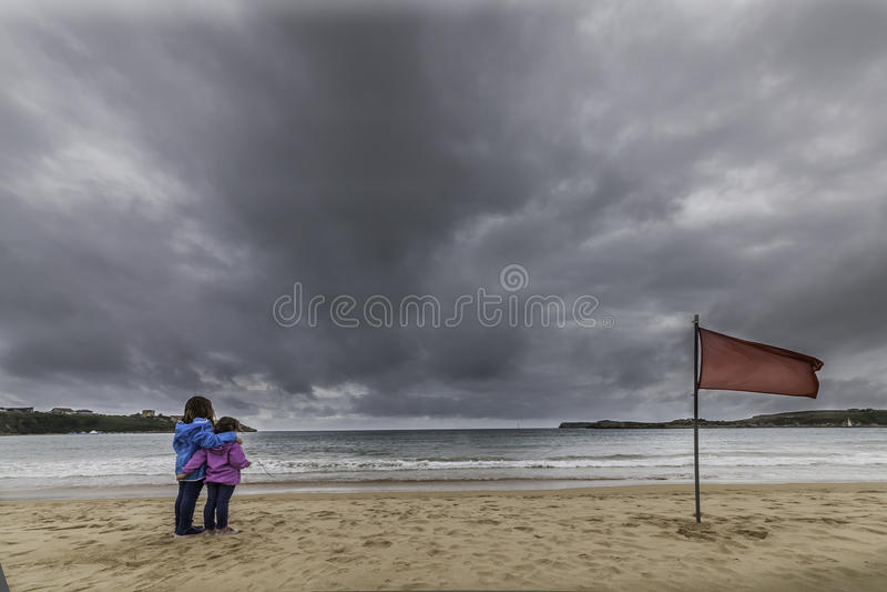 Mädchen, den Strand beobachtend stockfoto