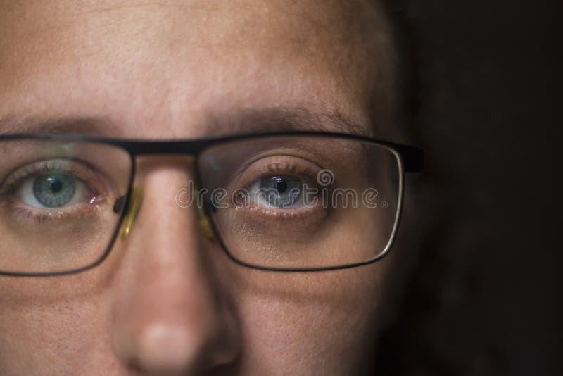 M?dchen in den transparenten Gl?sern untersucht die Kamera stockfotos