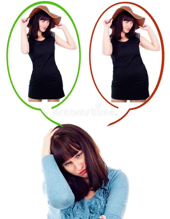 Mädchen denkt, wie sie Gewicht verliert lizenzfreie stockfotos