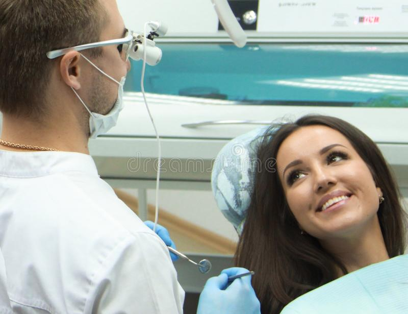Mädchen an der Aufnahme am Zahnarzt stockfotos