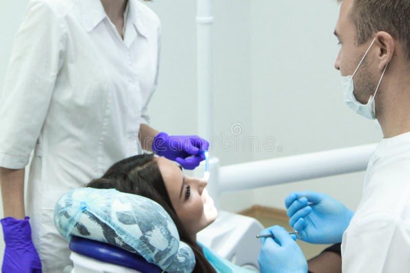 Mädchen an der Aufnahme am Zahnarzt lizenzfreies stockfoto