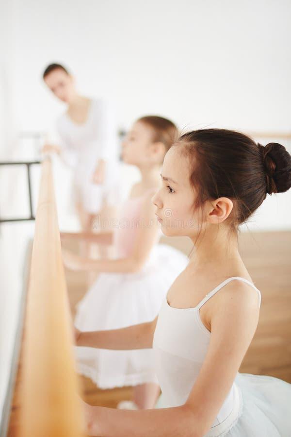 Mädchen in der Ballettklasse lizenzfreie stockbilder
