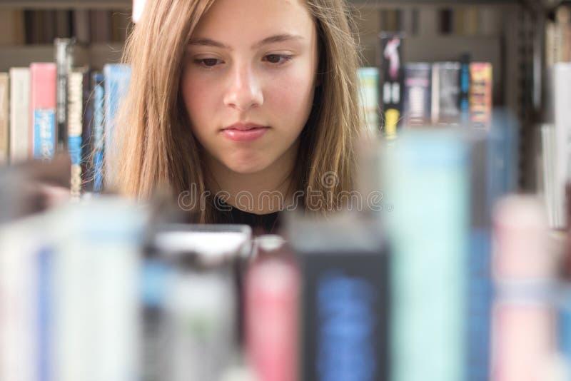 Mädchen in der Bibliothek stockfotografie