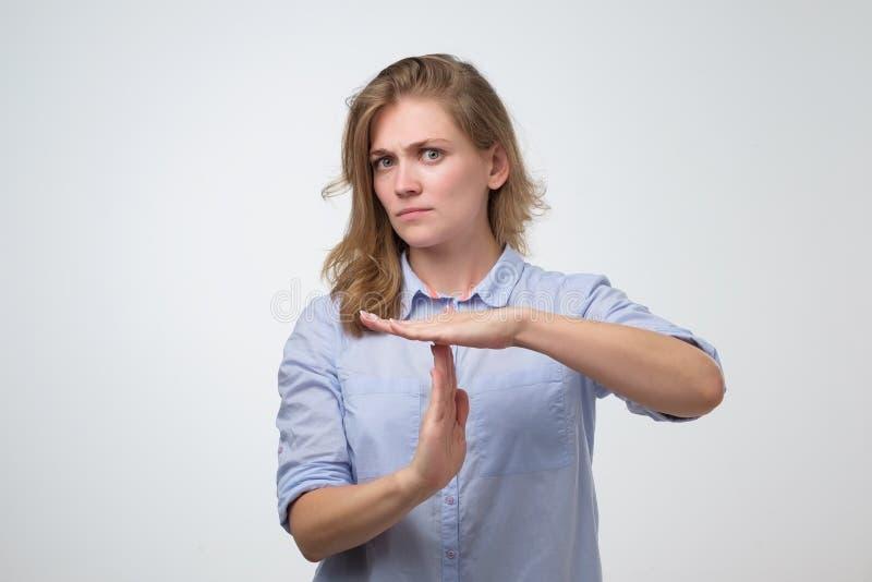 Mädchen in der blauen Hemdstellung und Bitten um Bruch stockfotos
