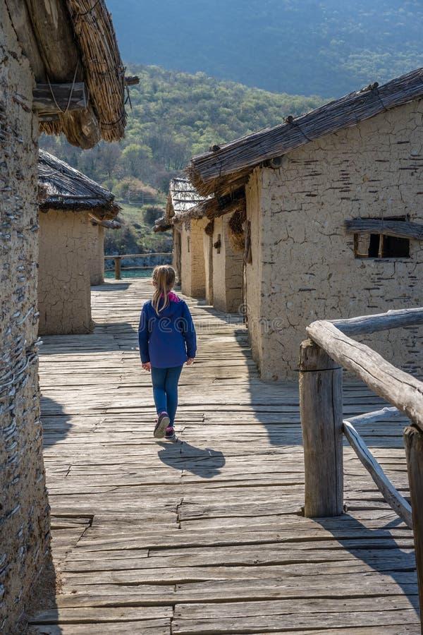 Mädchen in der Bucht des Knochenmuseums lizenzfreie stockbilder