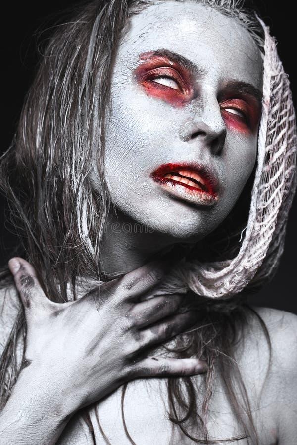 Mädchen in der Form von Zombies, Halloween-Leiche mit Blut auf seinen Lippen Bild für einen Horrorfilm stockbild