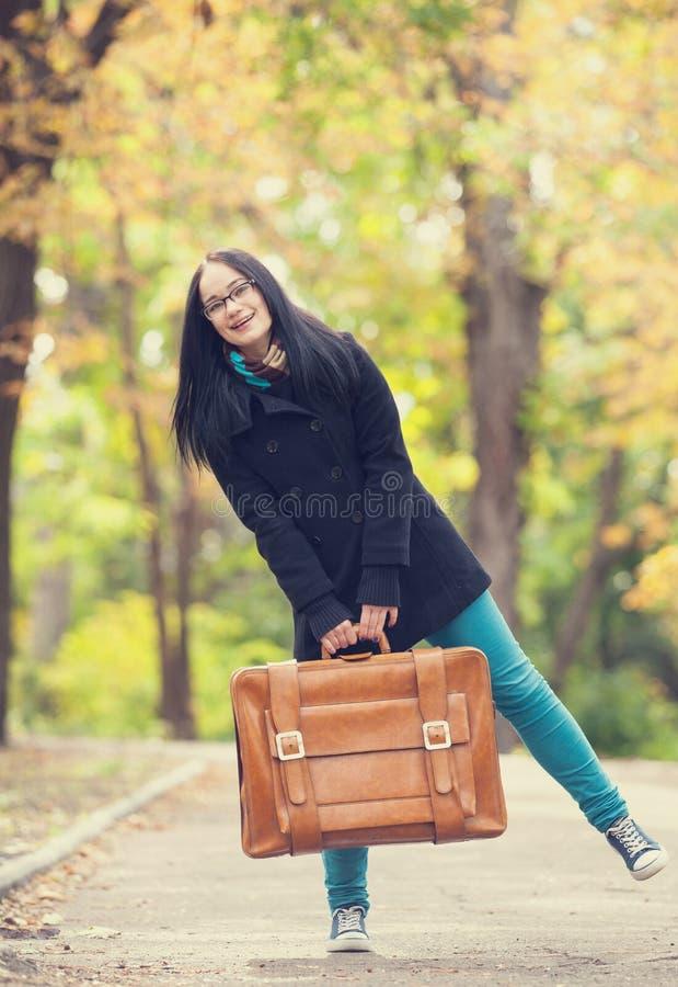 Mädchen an der Gasse im Park stockbilder