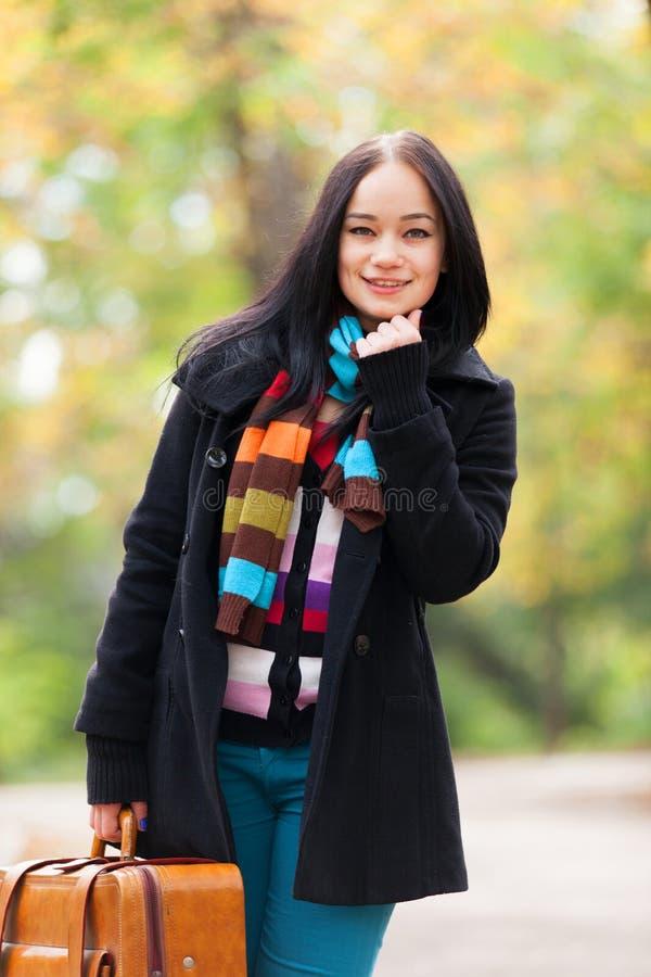 Mädchen an der Gasse im Park lizenzfreie stockfotografie