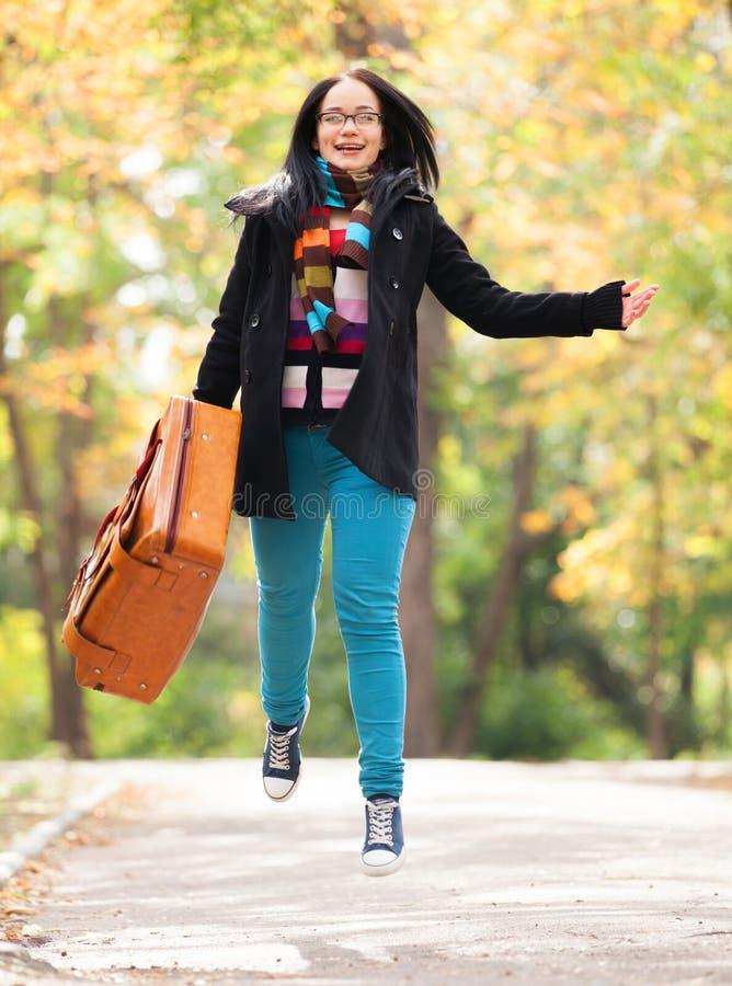 Mädchen an der Gasse im Park lizenzfreie stockfotos