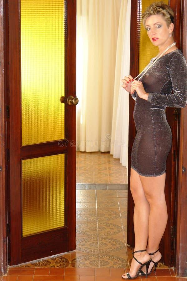 Mädchen in der gelben Tür stockfotos