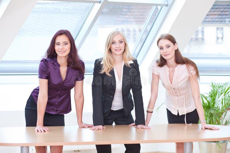 Mädchen in der Geschäftsausstattung stockfoto