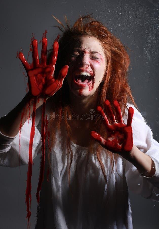 Mädchen in der Grausigkeit-Situation mit blutigem Gesicht lizenzfreie stockfotos