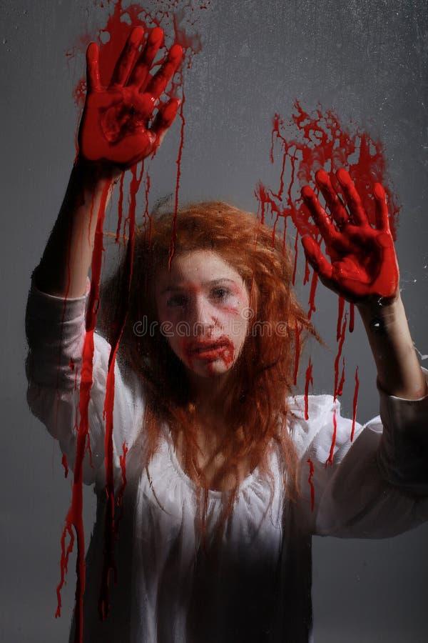 Mädchen in der Grausigkeit-Situation mit blutigem Gesicht stockfoto