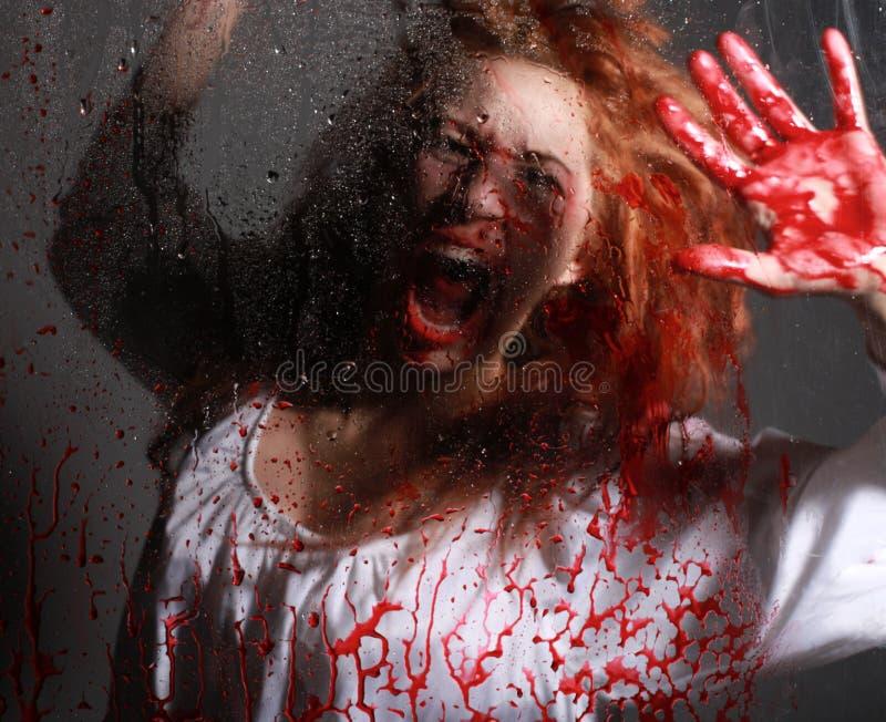 Mädchen in der Grausigkeit-Situation mit blutigem Gesicht stockfotos