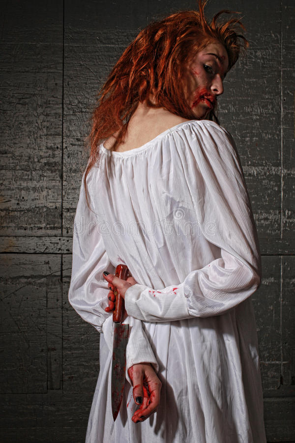 Mädchen in der Grausigkeit-Situation mit blutigem Gesicht lizenzfreies stockbild