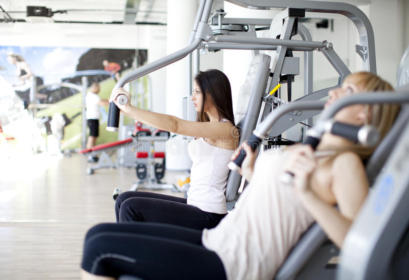 Mädchen in der Gymnastik lizenzfreie stockfotos