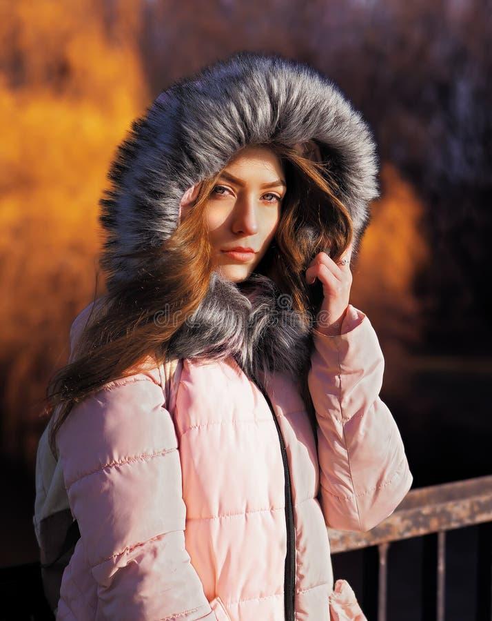 Mädchen in der Haube am Naturporträt lizenzfreie stockbilder