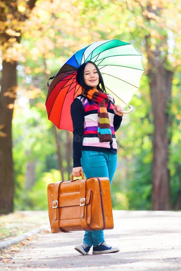 Mädchen an der Herbstgasse lizenzfreie stockfotos