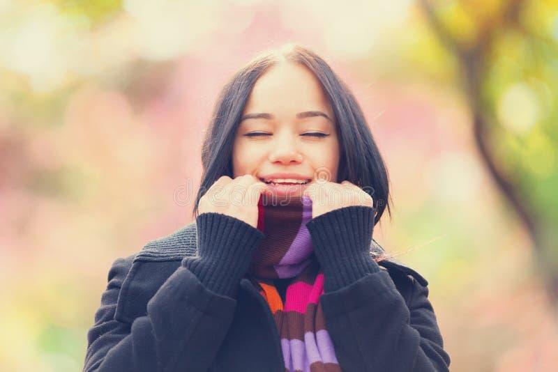 Mädchen an der Herbstgasse stockbilder