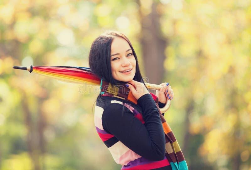Mädchen an der Herbstgasse stockfoto