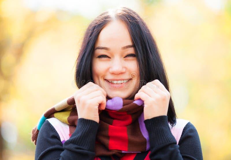 Mädchen an der Herbstgasse stockbild