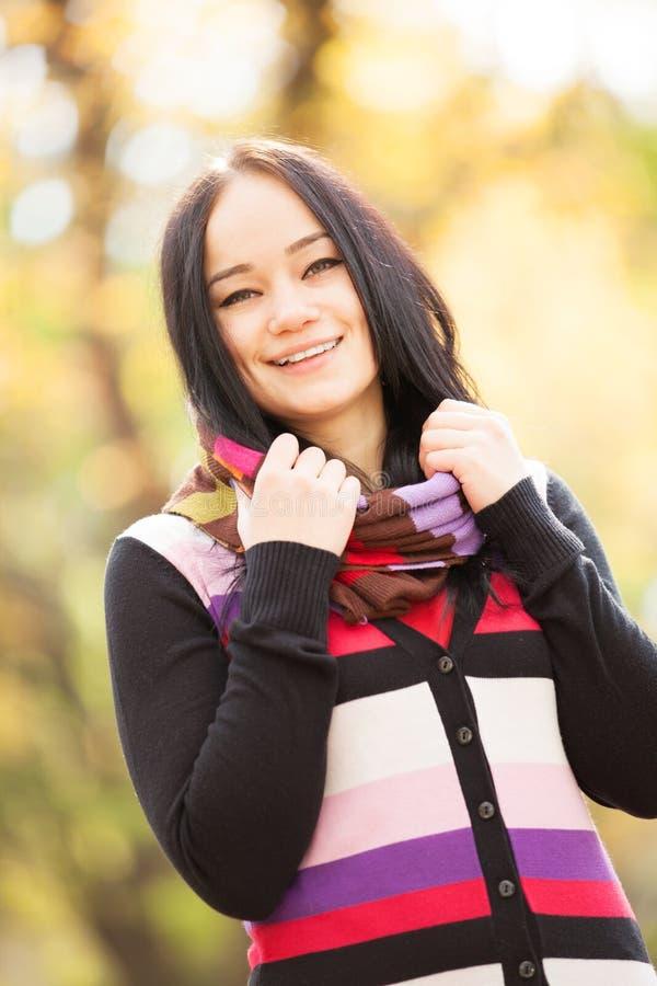 Mädchen an der Herbstgasse stockfotos