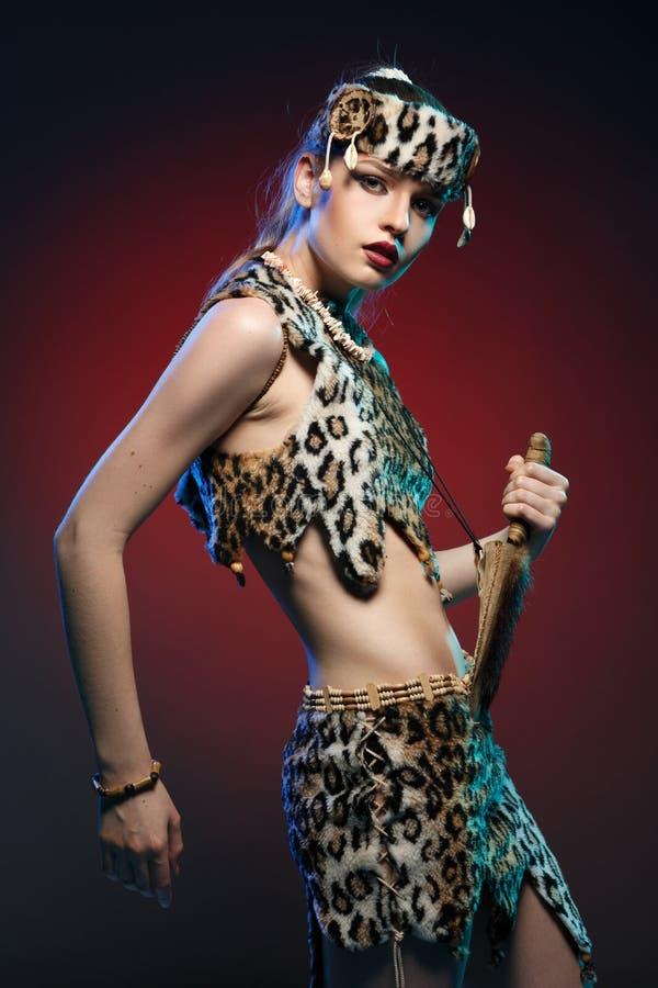 Mädchen in der Kleidung Amazonas mit einem Messer in seiner Hand lizenzfreie stockfotos