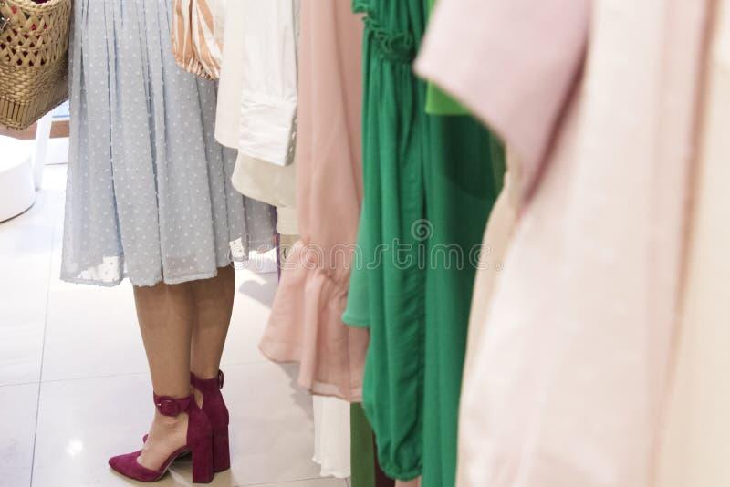 Mädchen in der Kleidung der Shop stockbilder