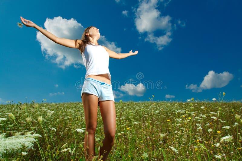 Mädchen in der Natur lizenzfreie stockbilder