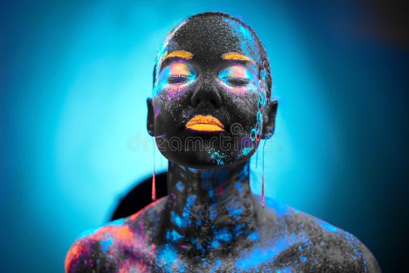 Mädchen in der Neonkörperkunst stockfotos